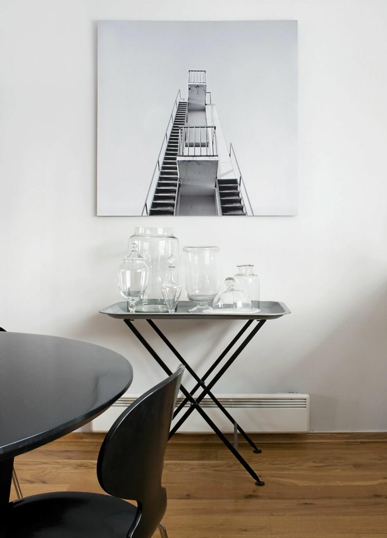 FARGELØST TABLÅ: Fotografiet av stupetårnet på Ingerstrand bad er ved Numi Thorvarsson. Glassbeholderne utgjør et sart stilleben til hverdags, men fylles opp av fargesprakende godterier og kaker i høytidene.