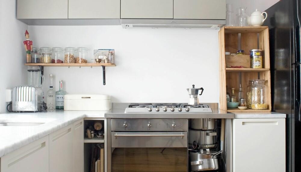 RAFFINERT OG RÅTT: Kjøkkeninnredningen er fra italienske Boffi. Jaffa-kassen sto på gaten og skulle kastes. Det svarte kjøleskapet er fra Maytag.