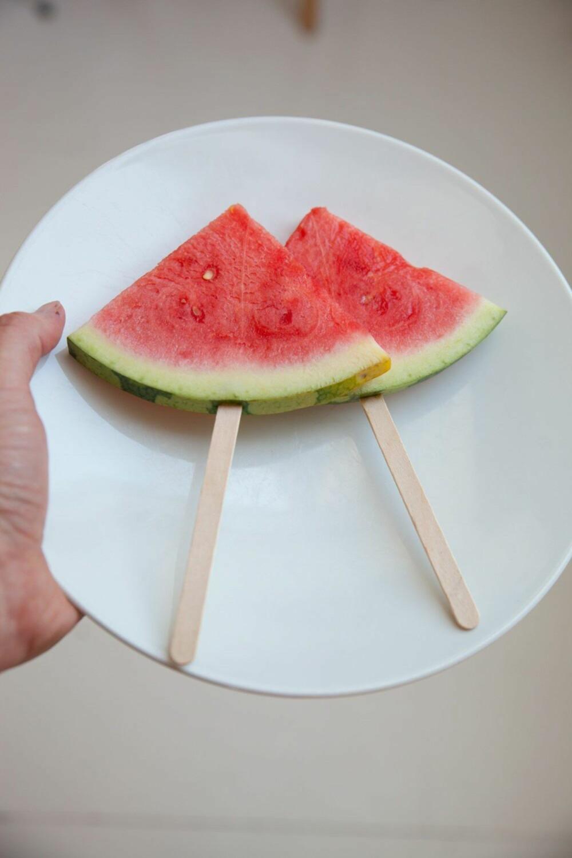 MELONIS PÅ PINNE: Frossen melon blir supre ispinner!