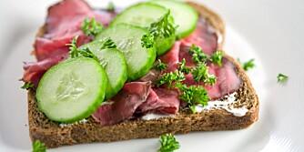 VELG GROVT: Brødene skal være merket med en skala for hvor grovt brødet er. Spiser du grovere må du også huske å drikke mer.