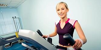 VARIASJON: Det er viktig å kombinere både løping og styrketrening. Ved styrketrening forbrenner du faktisk kalorier, også etter trening.