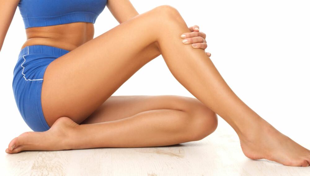 KNIPEØVELSER FOR BEKKENET: Felles for alle de seks øvelsene er at beina skal være fra hverandre.