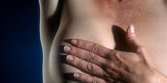 DEBATT: Norske kvinner oppfordres til å sjekke brystene selv. Nå mener danske forskere at det er bortkastet.
