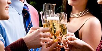 SKÅL: Mye alkohol sammen med et godt julemåltid gir utslag på kaloribarometeret.