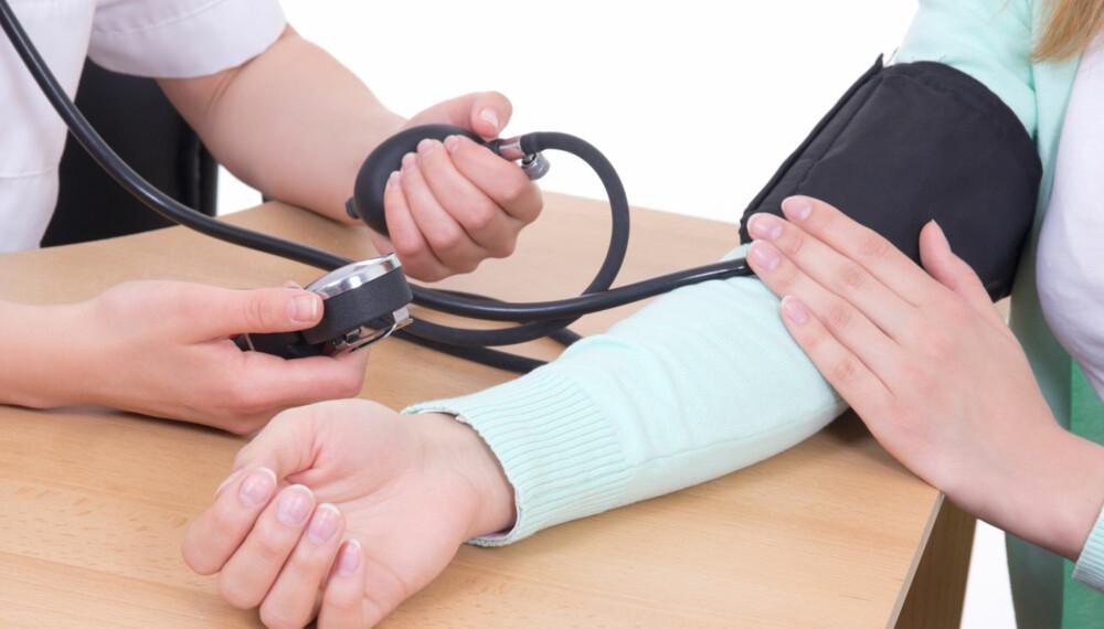 REGULERE HØYT BLODTRYKK: Noen tar allerede medisiner, men for dem som ikke gjør det, finnes det også andre måter å redusere trykket på. På bildet måles blodtrykket.