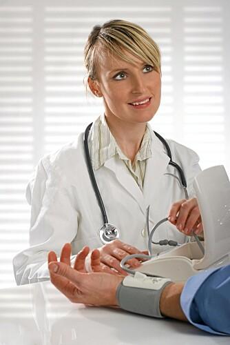 HØYT TRYKK: Å måle blodtrykket blir bare viktigere jo eldre du blir.