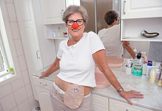 Siri har alltid liggende en rød løsnese på badet, som hun jevnlig sprayer med parfyme. Det gjør stellet av stomien både hyggeligere og morsommere.