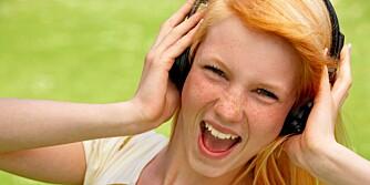 TEKNISKE FORBEDRINGER: Europakommisjonen vil se på om man kan gjøre tekniske forbedringer slik at ikke så mange får hørselsskader av å høre på musikk med høretelefoner.