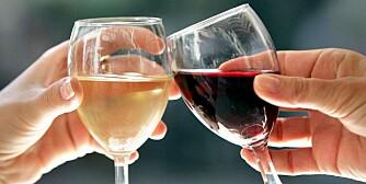© PHOTOPQR/LE DAUPHINE LIBERE/Patrick GUYOT  Grenoble le 8 septembre 2004.  Illustration verre de vin blanc et de vin rouge. Vins francais. Deux femmes trinquent avec des verres de vins.