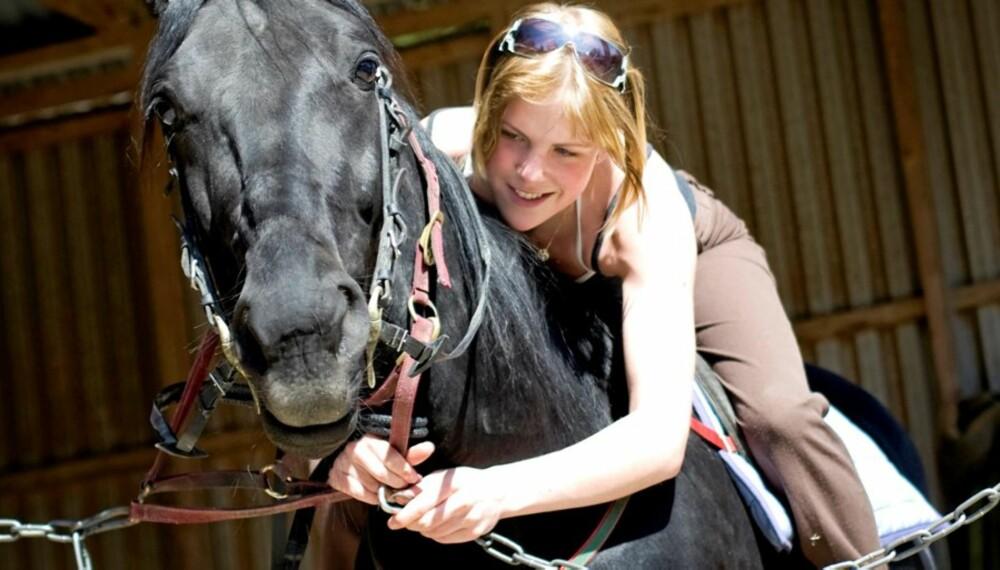 HESTEDILLA: Marlene Grimstad lever for hesten sin, som hun vier store mengder kjærlighet, tid og energi.