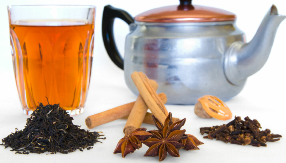 En kopp chai gir varme og god duft og smak av krydder. F.v. Sort te, kanel, stjerneanis, muskatnøtt  og -blomme, nellikspiker.