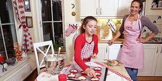 ENKELT: Vibeke Dehli Thorkildsen (bak) og datteren Thea synes ikke det er det minste vanskelig å gjøre julebaksten helt glutenfri.