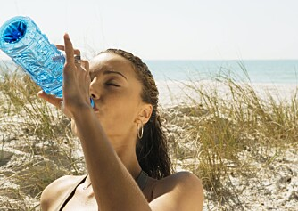 VANNBEHOV: - Det er ingen grunn til at voksne mennesker skal gå rundt med en vannflaske hele tiden, mener urolog Sissel Overn.