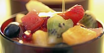 """FRUKTIG SALAT: En skikkelig bombe av sunne antioksidanter i fruktsalat med honning. Illustrasjonsfoto: <a href=""""http://www.frukt.no"""">Frukt.no</a>"""