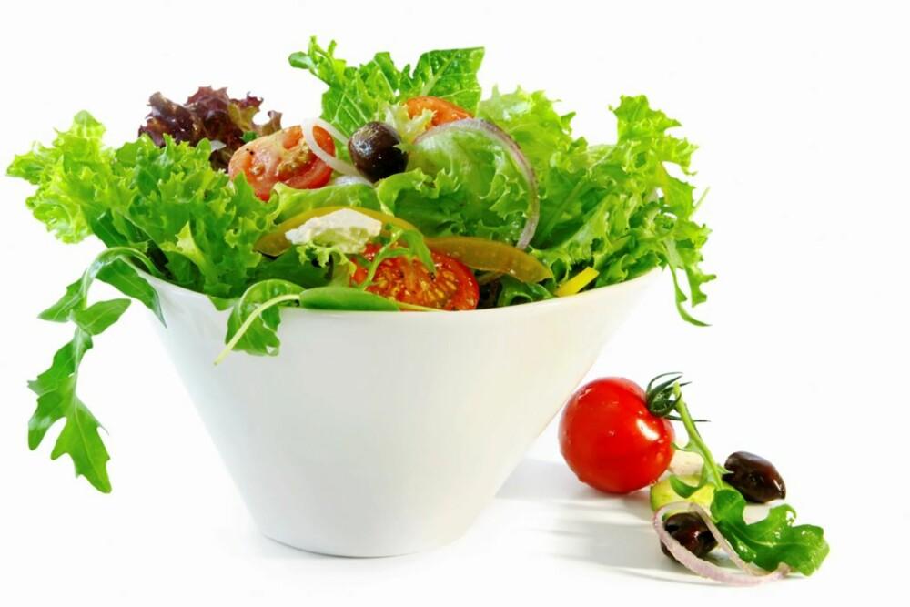En frisk salat gir lav blodsukkerbelastning og bidrar til at fett slipper lettere ut av fettcellene.