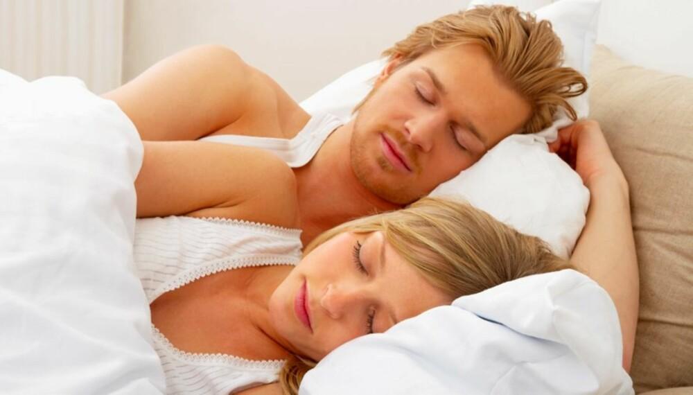 GOD SØVN: Menn sover bedre når kjæresten er med i senga. Kvinner sover dårligere, ifølge forskere.