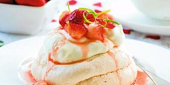 SOMMERDRØM: Denne glutenfri desserten har fått navnet Sommerdrøm, og består av kaker med marinerte jordbær på toppen.