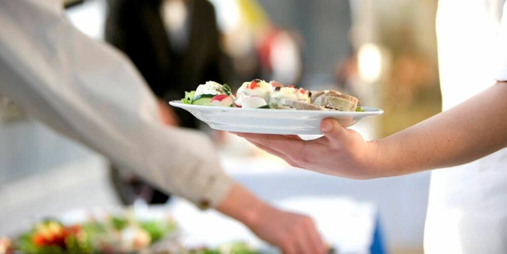 FORSYNE SEG: Vil du velge en mindre tallerken du kan fylle opp eller fylle på med mindre mengde mat på en stor tallerken? Sannsynligvis er det lettere å gjennomføre det første.