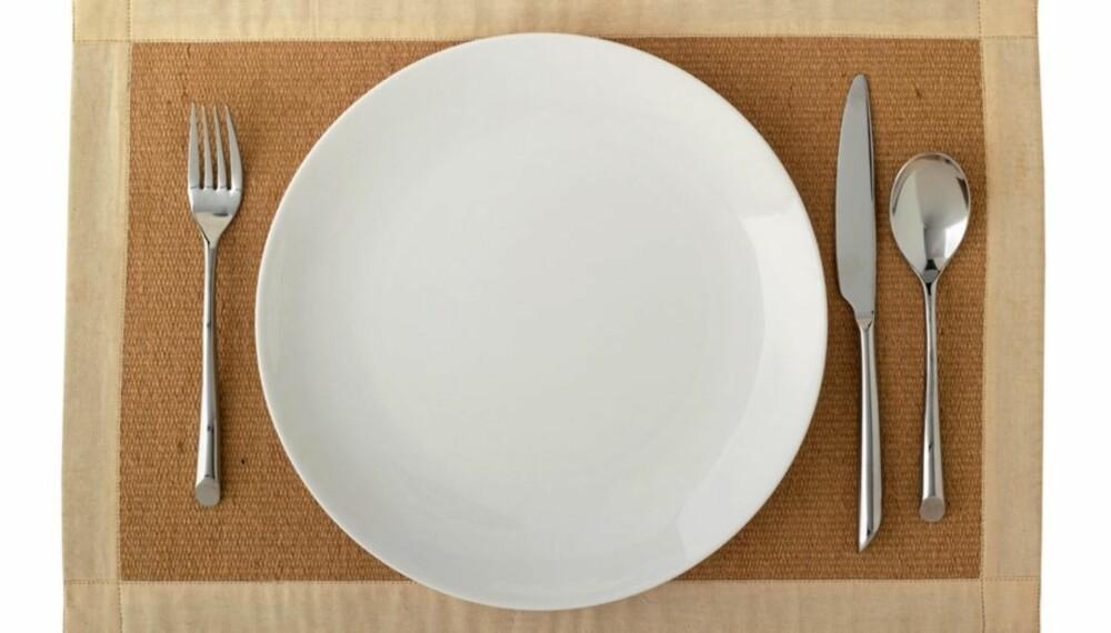 STØRRE TALLERKENER: Volumet og størrelsen på tallerkener og drikkeglass blir større og større. Samtidig fyller vi på med mer og mer mat. Det fører til at vi spiser mer.