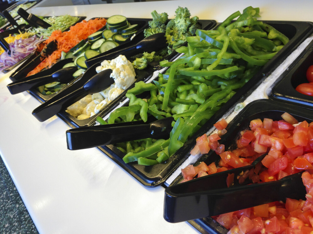 SALATBAR: Hvis det er salatbar på jobben din, er det ingen sak å spise en sunn lunsj.