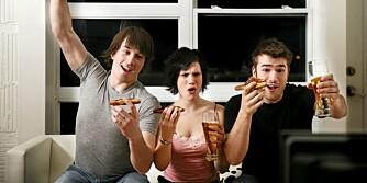 UHEMMET: Kalori-inntaket skyter fart når all oppmerksomhet er rettet mot tv-skjermen.