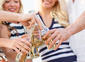ALKOHOL OM SOMMEREN: Mange av oss drikker mer om sommeren, men det kan påvirke både vekt og helse.