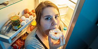 FJERN SNOPET: Har du usunne matvarer i hus, er det lettere å fråtse. ILLUSTRASJONSFOTO: Colourbox