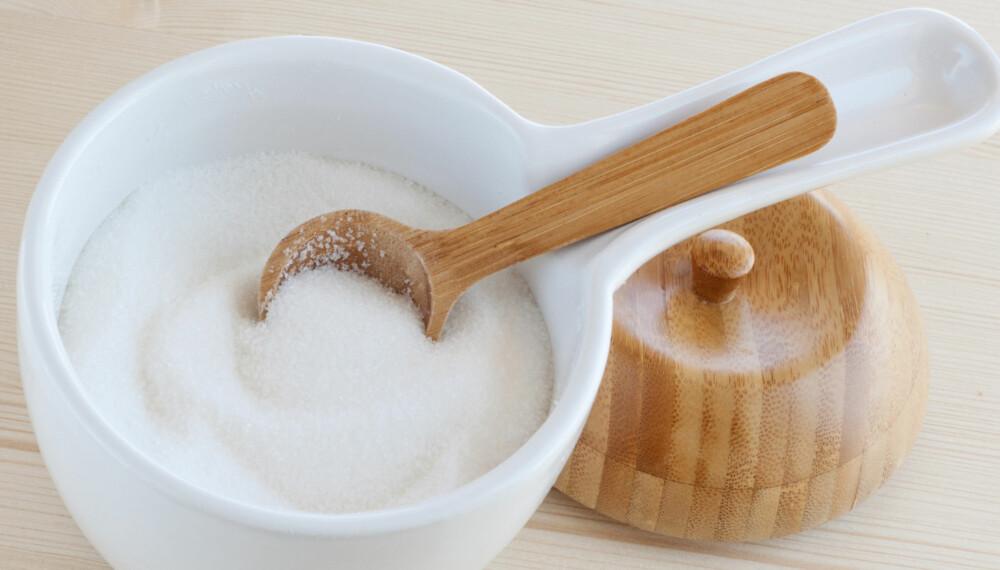 FRUKTSUKKER: Denne naturlige sukkerformen som også går under navnet fruktose, er en naturlig sukkerform som finnes i all frukt og i honning. Det er søtest i pulverform og 30-50 prosent søtere enn vanlig sukker.