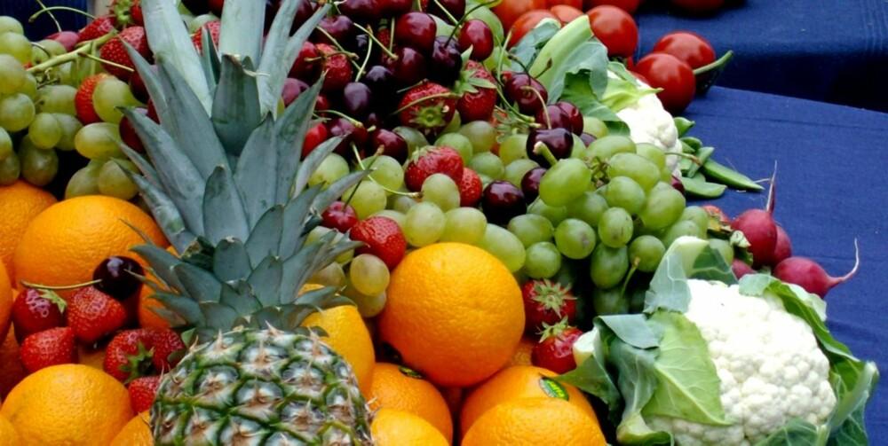 Oslo 20080611. Fruktbord. Frukt og grønnsaker. Sunnhet. farger. Slankemat.  Appelsiner, Ananas, Blomkål, sukkererter, gulrøtter Moreller , jordbær, tomater, redikker, grønne druer. Keramikkmugge med vann.  Foto: Berit Keilen / SCANPIX