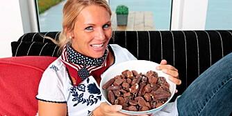 FRISTELSE: - Jeg håper jeg fortsatt vil klare å holde meg unna de store sukkerorgiene, sier Karin Paulsen (30), som nøyer seg med å lukte på disse sjokoladebitene.