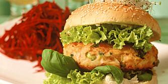 SUNT: Istedet for sjappa på hjørnet, kan du slå til med deilig, hjemmelaget fiskeburger. Her er lakseburger med spirer.