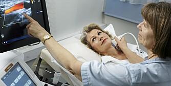HJERTESYK: Smerter i brystet er vanlige symptomer på hjerte- og karsykdom blant menn, men hos kvinner er symptomene mer diffuse.