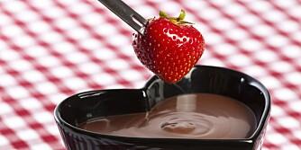 SJOKOLADE: En fondue med sunne bær er festmat. Husk mørk sjokolade!