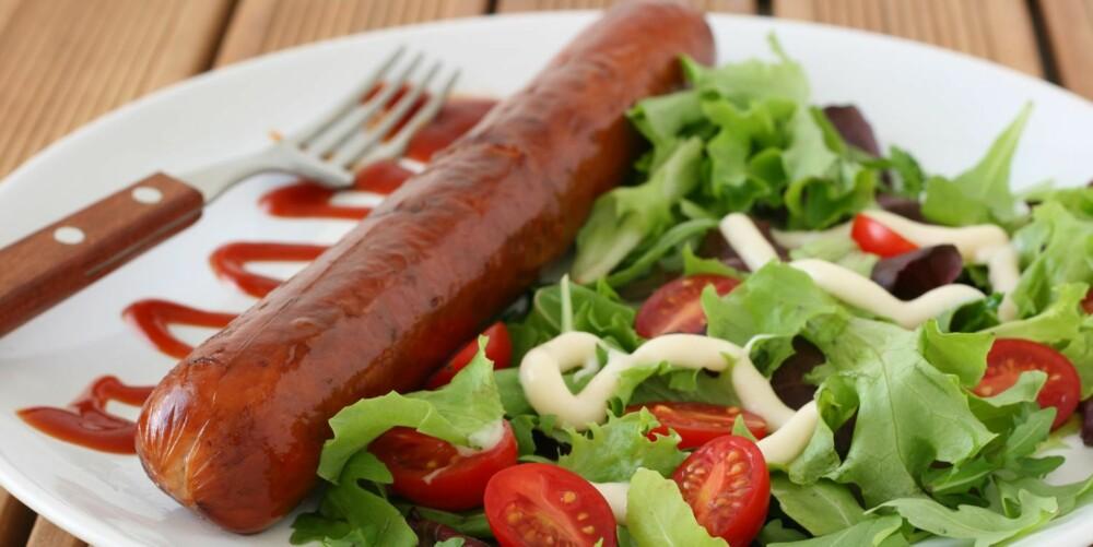 PØLSER: De fleste vet at rent kjøtt er sunnere enn pølser, men en god salat i tillegg til pølsene øker næringsverdien på middagen.