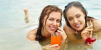 IKKE FOR MYE: Pass på hvor mange drinker du tar i sommer. Vanligvis inneholder de mange skjulte kalorier.
