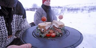 MAT OVER BÅLET: Med riktig utstyr blir det lett å lage mat på tur. Denne lunsjen er tilberedt over bål på Finnmarksvidda.