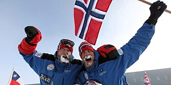 FRAMME: Stian Aker og Rune Malterud i jubel framme ved den magnetiske Sydpolen.