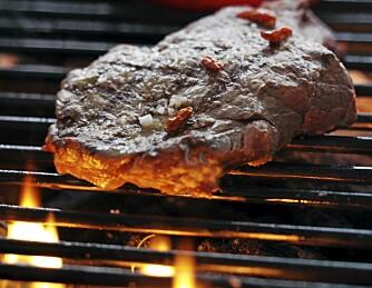 UNNGÅ FETT: Fett, olje og marinade som drypper ned på grillkullene returneres som farlige stoffer som legger seg på kjøttet.
