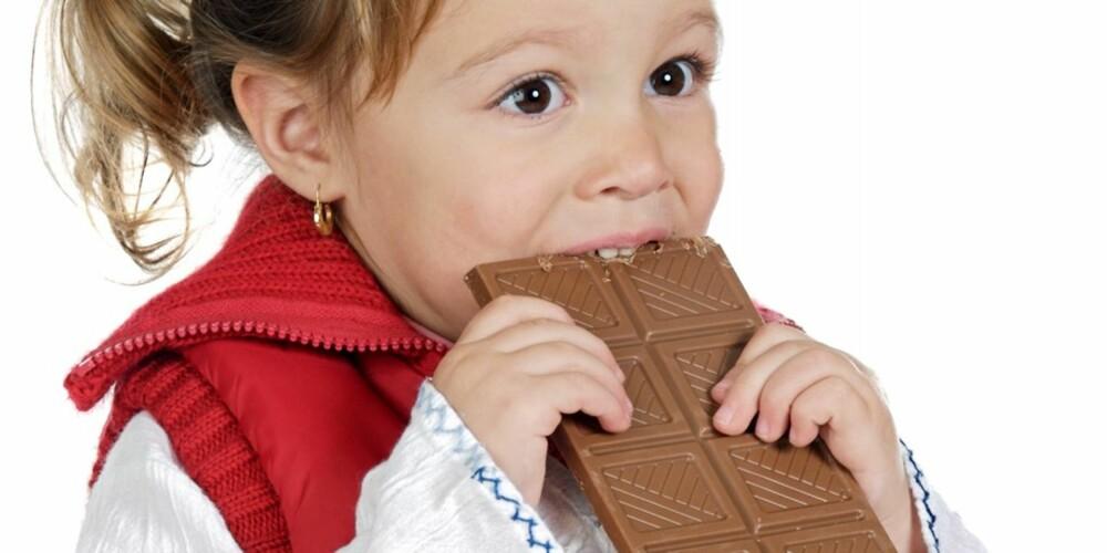 STOR PORSJON: Helsedirektoratet er bekymret over at sjokoladeplatene og godteriet kommer i stadig større porsjoner.