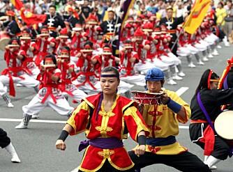 SUNNE TRADISJONER: Disse ungdommene danser iført tradisjonelle drakter fra øya Okinawa. Også i matveien har disse øyboerne lange tradisjoner å ta vare på, som kan sikre dem et langt og sunt liv.