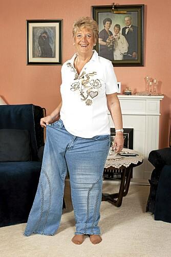 HALVERT: Kirsten er halvparten så stor som hun var for tre år siden, og får plass i det ene benet på den gamle buksen sin.