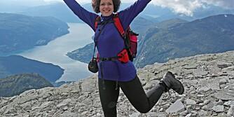 SLANK:-  Det er veldig inspirerende å slippe at en stor kropp hindrer meg i oppleve det jeg har lyst til, sier Elisabeth Hjelmeset. Bildet til høyre er tatt for fem år siden. Da kunne hun bare drømme om å gå lange fjellturer.