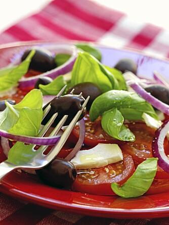 NED I VEKT: Hvis du spiser salat til måltidet spiser du færre kalorier enn ellers. Bonusen er ned i vekt og bedre helse.