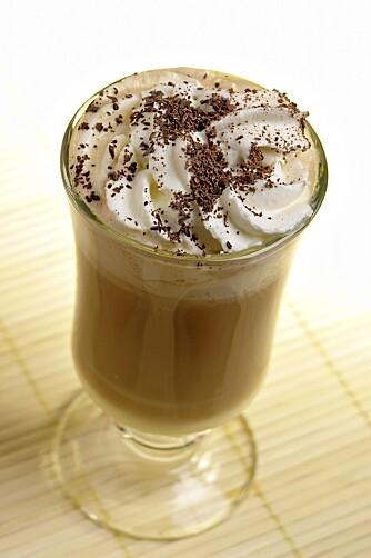 LATTE: Du kan unne deg en kaffe latte, men ikke bruk helmelk og strø for mye sukker på.