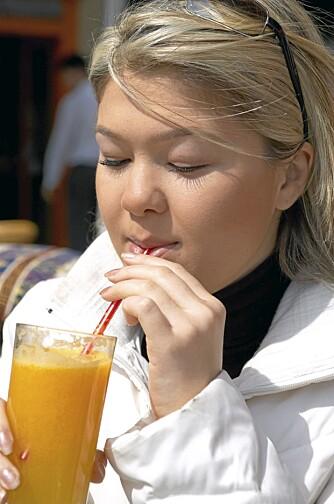 Juice og brus har nesten like mange kalorier, men juice gir deg vitaminer og antioksidanter. Det er allikevel ikke smart å drikke masse juice hver dag.