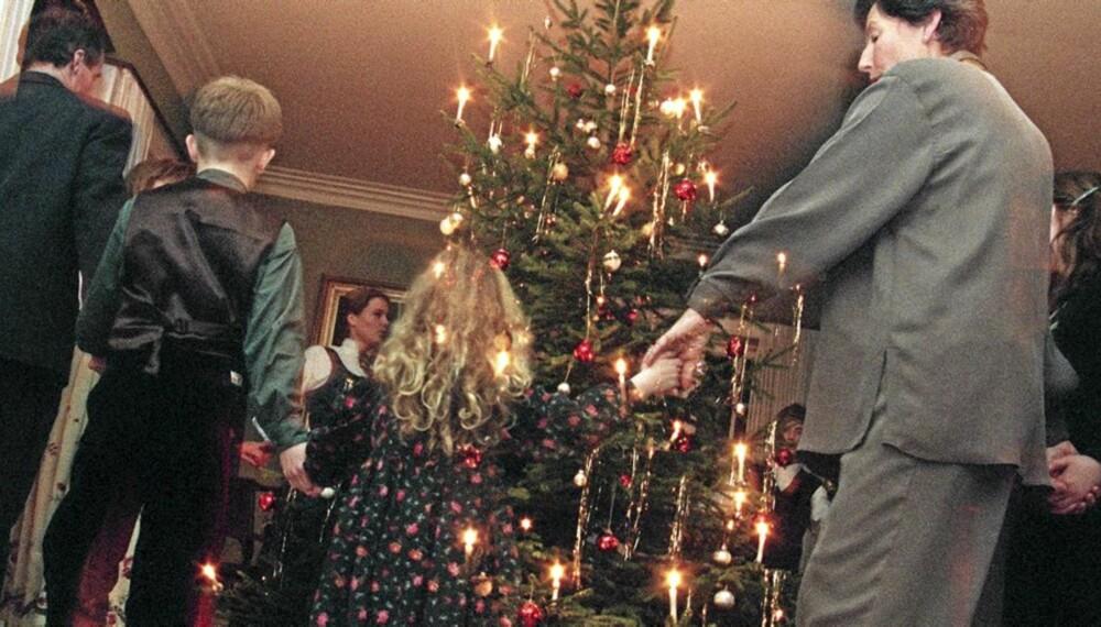 DU GRØNNE GLITRENDE: 110 runder rundt julegrana forbrenner en liten marsipangris.