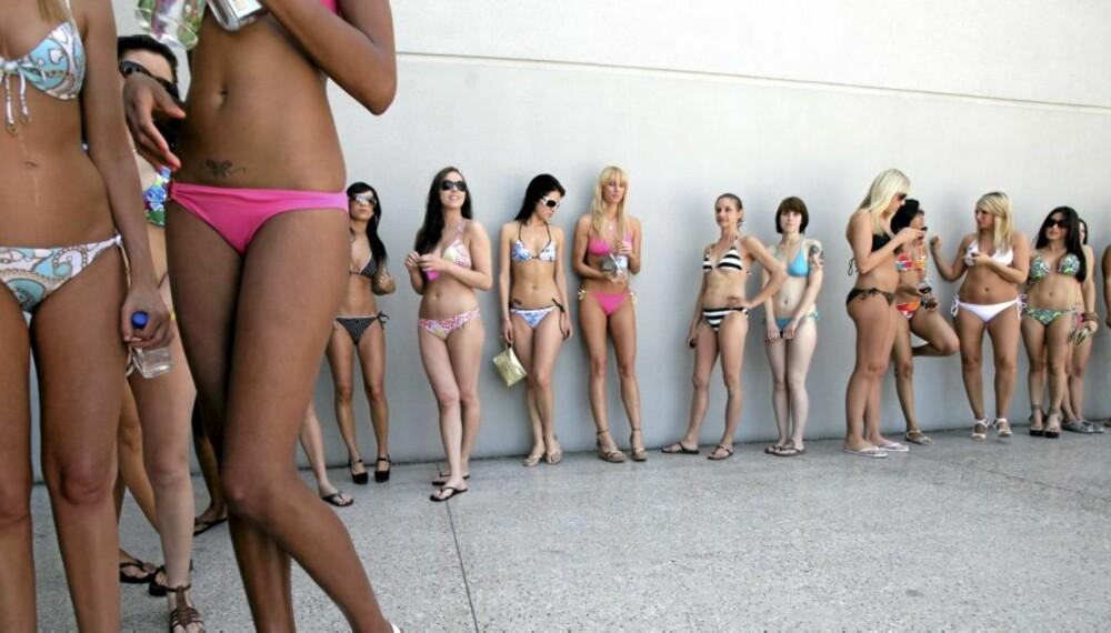 KLAR FOR BIKINISESONGEN?: Disse jentene venter på å få delta i verdens største bikiniparade i Las Vegas. Er du like godt forberedt?