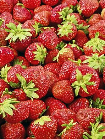 DET SUNNE ALTERNATIVET: Du må spise 850 gram jordbær før du har fått i deg like mange kalorier som i to kuler iskrem.