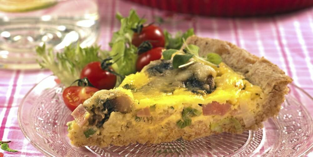 MIDDAG: Skinkepai og salat.