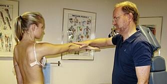 MUSKELPLAGER: Kiropraktor Øistein Holm Haagensen mener å se en klar sammenheng mellom trange spile-bh-er og rygg- og nakkesmerter.